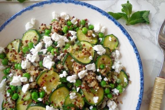Insalata di quinoa con zucchine, piselli e feta