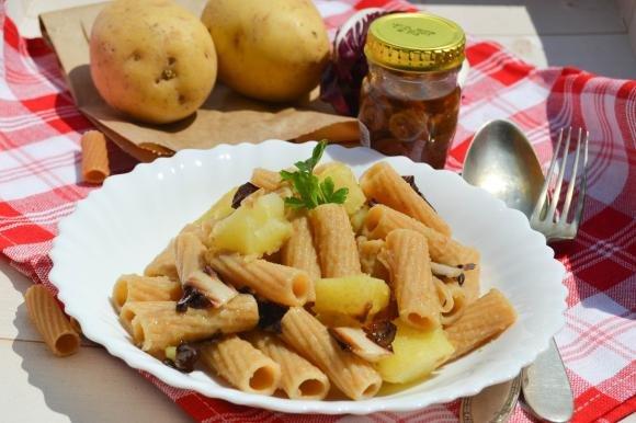 Rigatoni con patate, radicchio rosso e acciughe