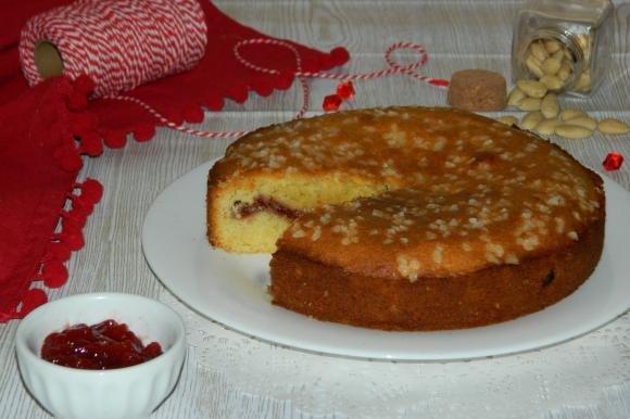 Torta versata alle mandorle con marmellata di fragole