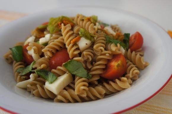 Fusilli integrali con pomodori, mozzarella e fiori di zucca