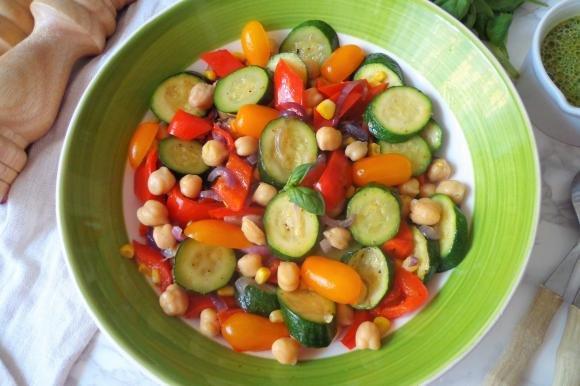 Insalata di verdure, ceci e vinaigrette alle erbe