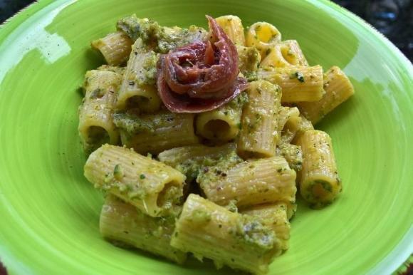 Pasta con crema di zucchine al profumo di lime e acciughe