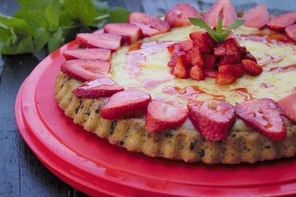 Crostata morbida con crema al limone e fragole