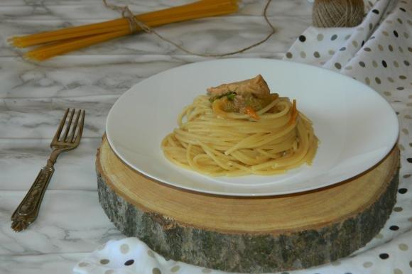 Spaghetti con pomodori gialli e sgombro