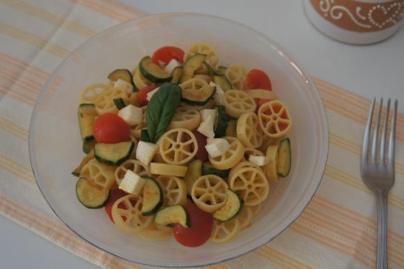 Pasta fredda con zucchine, pomodori e mozzarella