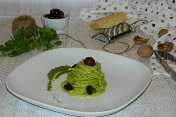 Spaghetti con pesto di rucola e olive nere