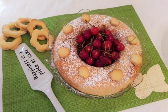 Ciambella di frolla allo yogurt con marmellata e ciliegie fresche