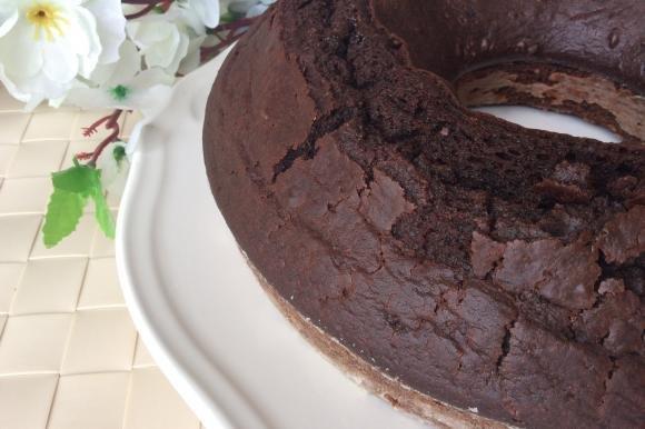 Ciambella al cacao con ricotta e confettura di albicocche
