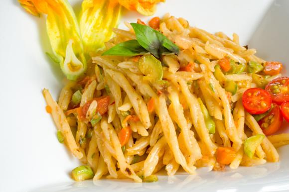 Pastasciutta con fiori di zucca e zucchine