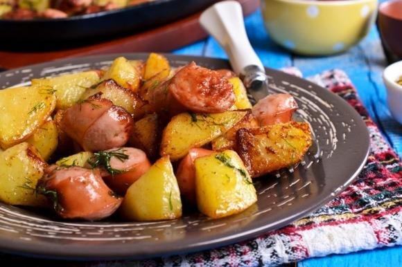 Salsiccia al forno con patate e cipolle