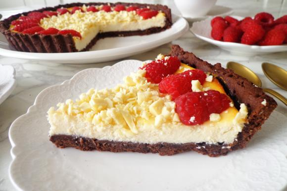 Crostata al cacao con crema al cioccolato bianco e lamponi
