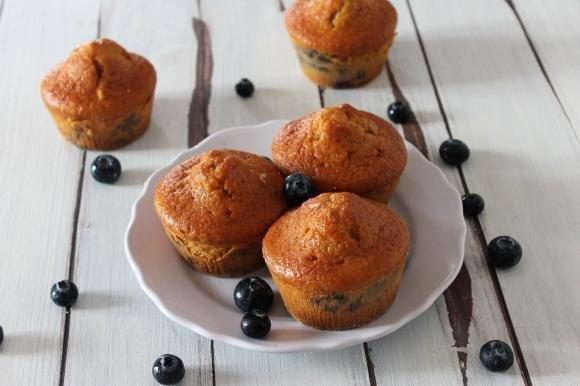 Muffin allo yogurt con cocco e mirtilli senza lattosio