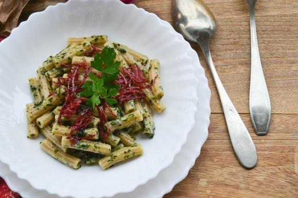 Sedani con mix di verdure, portulaca e scaglie di bresaola