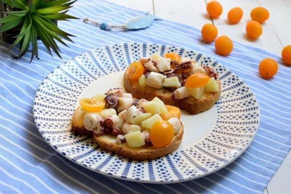 Bruschetta con polpo, patate e pomodorini gialli