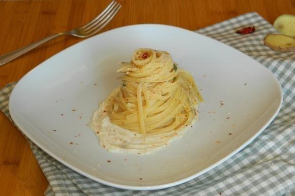 Linguine aglio e olio su fonduta di parmigiano e zenzero