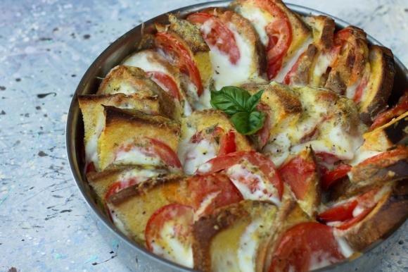 Torta di pane, pomodori e mozzarella