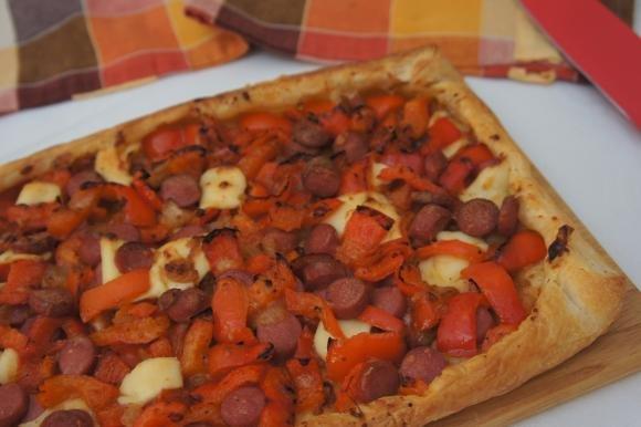 Torta salata con peperoni, wurstel e sottilette