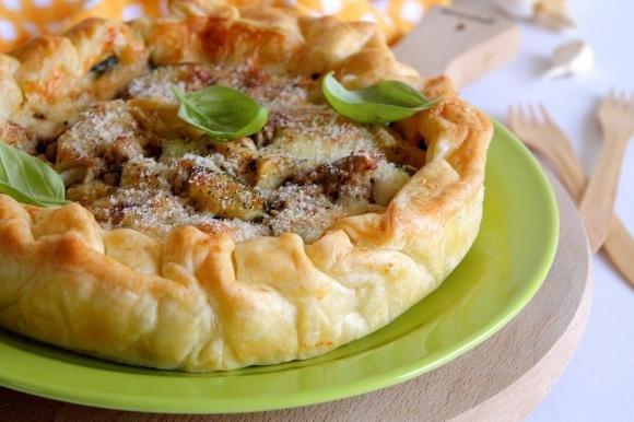 Torta salata con tonno, zucchine, mozzarella e carciofi sott'olio