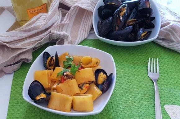 Calamarata con datterini, cozze al peperoncino e prosecco