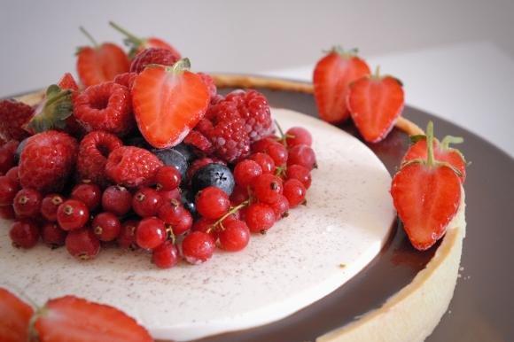 Crostata di panna cotta e cioccolato con frutti di bosco
