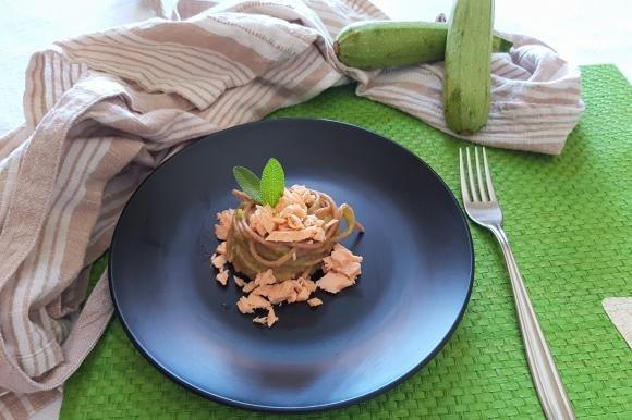 Spaghetti integrali con crema di zucchine e salmone