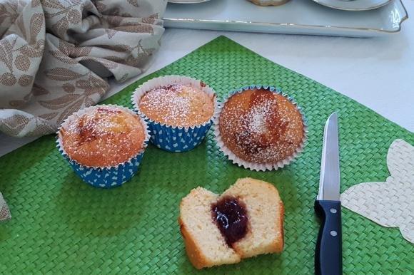 Muffin di albumi e latte di mandorla con marmellata di amarene