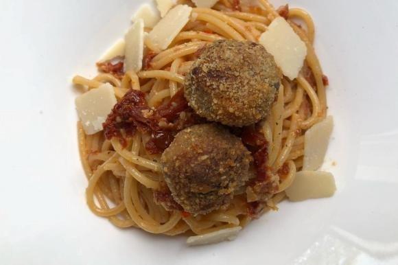 Spaghetti con polpettine di melanzane e pesto di pomodori secchi