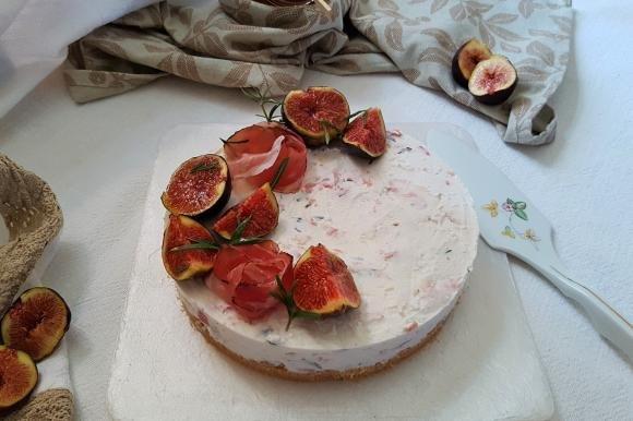 Cheesecake salata con speck, rosmarino e fichi neri
