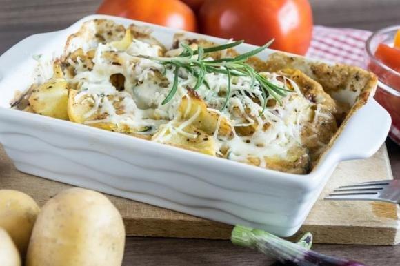 Salsiccia al forno con patate e formaggio