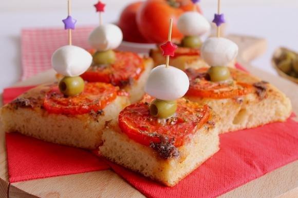 Focaccia con pomodori e acciughe