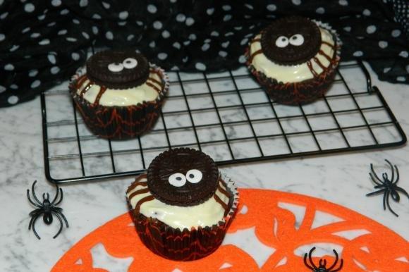 Cupcake al rum e cioccolato con ragnetti oreo