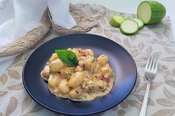 Gnocchi al grano saraceno con zucchine, certosa e pancetta affumicata
