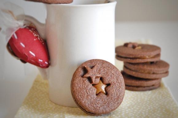 Biscotti sablé al cacao con caramello al burro di arachidi