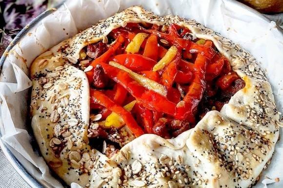 Torta rustica ripiena di peperoni, patate, salsiccia piccante e funghi