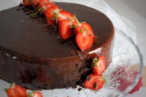 Torta a specchio fragole e cioccolato