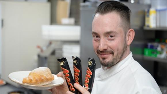 Come preparare un calzone fritto con ripieno di barrette Mars