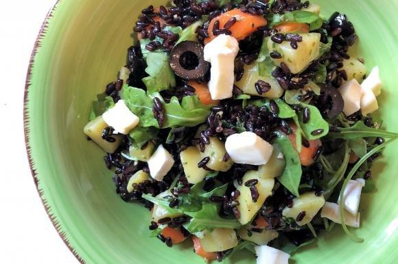 Riso venere con pesto, olive, brie, rucola, patate e carote bollite