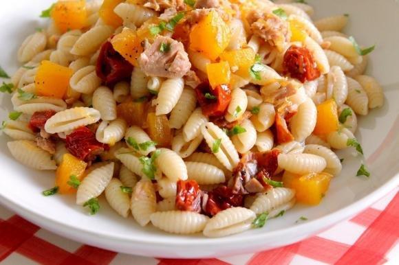Gnocchetti sardi con zucca, tonno e pomodori secchi