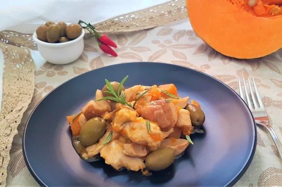 Bocconcini di pollo con funghi, zucca e olive verdi