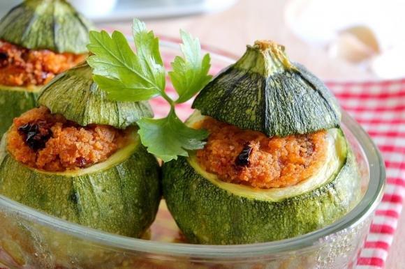 Zucchine tonde ripiene con salame e pomodori secchi