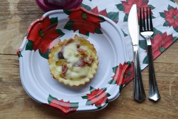Tartellette con mozzarella, zucchine e crudo