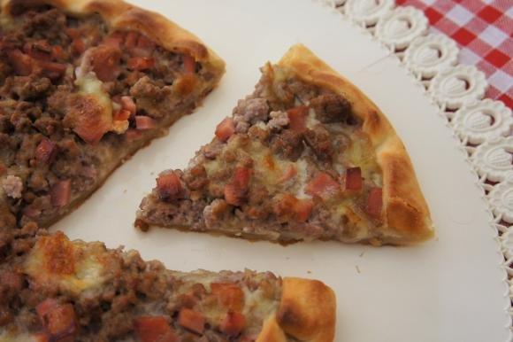 Torta salata con carne macinata, mortadella e mozzarella