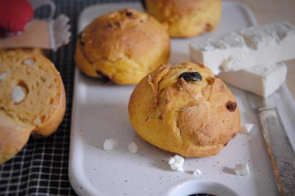 Panini alla zucca con feta, timo e olive