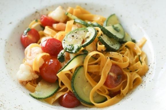 Pasta zucchine, gamberetti e pomodorini