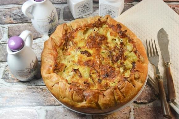 Torta salata con cuori di carciofo, mortadella e fontina