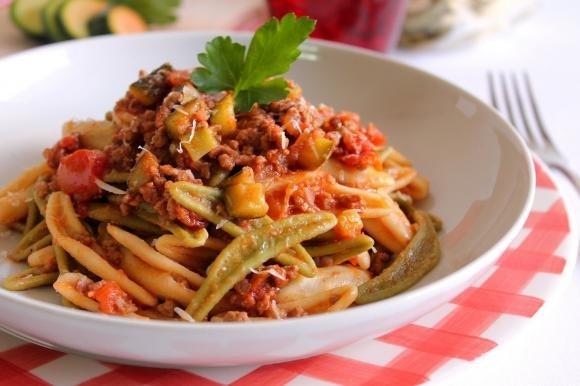 Foglie d'ulivo con ragù di carne e zucchine
