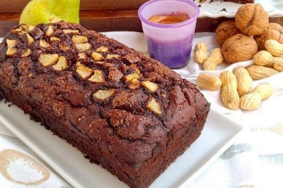 Plumcake senza uova con pere, cioccolato e frutta secca