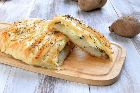 Strudel salato con patate, funghi e formaggio