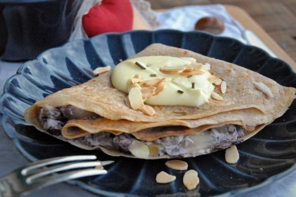 Crepes di castagne al radicchio, taleggio e mandorle