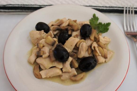 Bocconcini di pollo con funghi e olive nere